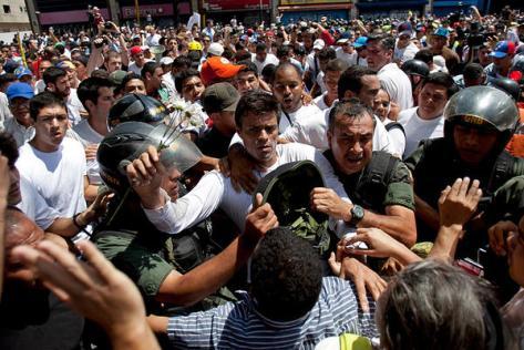 Leopoldo Lopez turns himself into government authorities (Photo: Alejandro Cegarra/AP)
